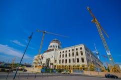 BERLIM, ALEMANHA - 6 DE JUNHO DE 2015: Guindastes grandes que trabalham na reconstrução do palácio da cidade de Berlim Imagens de Stock