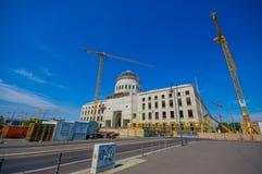 BERLIM, ALEMANHA - 6 DE JUNHO DE 2015: Guindastes grandes que trabalham na reconstrução do palácio da cidade de Berlim, quase rev Fotos de Stock Royalty Free