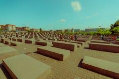 BERLIM, ALEMANHA - 6 DE JUNHO DE 2015: O memorial do holocausto em Berlim, cubos cinzentos dos varios a recordar assassinou povos Foto de Stock Royalty Free
