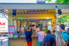 BERLIM, ALEMANHA - 6 DE JUNHO DE 2015: Restaurante de Kebap na rua e nos povos que fazem a linha para comprá-la Imagens de Stock