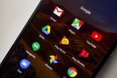 Berlim, Alemanha - 19 de novembro de 2017: Ícones dos apps de Google na tela do smartphone moderno Ícone das aplicações Foto de Stock