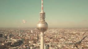 BERLIM, ALEMANHA - 21 DE OUTUBRO DE 2018 tiro aéreo da torre famosa e da arquitetura da cidade da tevê em um dia ensolarado vídeos de arquivo