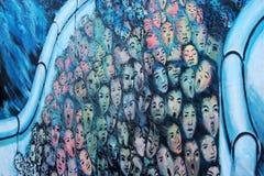 BERLIM, ALEMANHA - 22 DE SETEMBRO: Grafittis em Berlin Wall na galeria da zona leste o 22 de setembro de 2014 em Berlim Foto de Stock