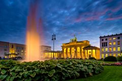 BERLIM, ALEMANHA - 23 DE SETEMBRO DE 2015: Tor famoso de Brandenburger Foto de Stock Royalty Free