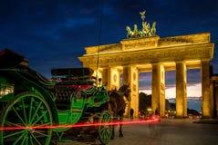 BERLIM, ALEMANHA - 23 DE SETEMBRO DE 2015: Tor famoso de Brandenburger Fotografia de Stock