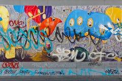 BERLIM, ALEMANHA - EM JULHO DE 2015: Grafittis de Berlin Wall vistos o 2 de julho Fotografia de Stock Royalty Free