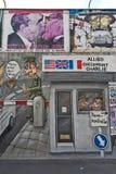 BERLIM, ALEMANHA - EM JULHO DE 2015: Grafittis de Berlin Wall vistos o 2 de julho Fotografia de Stock