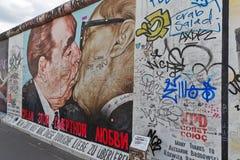 BERLIM, ALEMANHA - EM JULHO DE 2015: Grafittis de Berlin Wall vistos o 2 de julho Foto de Stock Royalty Free