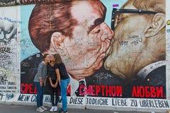 BERLIM, ALEMANHA - EM JULHO DE 2015: Grafittis de Berlin Wall vistos o 2 de julho Imagens de Stock