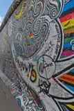 BERLIM, ALEMANHA - EM JULHO DE 2015: Grafittis de Berlin Wall vistos o 2 de julho Fotos de Stock Royalty Free