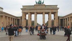 Berlim, Alemanha - em novembro de 2017: Caminhada dos turistas perto da porta de Brandemburgo video estoque