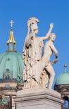 BERLIM, ALEMANHA, FEVEREIRO - 13, 2017: A escultura no Schlossbruecke - Athena conduz o guerreiro novo na luta Imagem de Stock Royalty Free