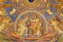 BERLIM, ALEMANHA, FEVEREIRO - 15, 2017: O fresco da coroação da Virgem Maria na cúpula da basílica de Rosenkranz Fotos de Stock