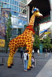 Berlim, Alemanha: Giraffe da loja de Legoland foto de stock royalty free