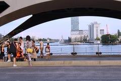 Berlim, Alemanha: Lugar frequentado da juventude sob a ponte em Berlim imagens de stock