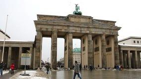 BERLIM - ALEMANHA, o 8 de janeiro de 2016: Povos na frente da porta de Brandemburgo filme
