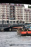 Berlim, Alemanha, o 13 de junho de 2018 Barco que navega o rio No fundo uma ponte e umas construções residenciais fotos de stock royalty free