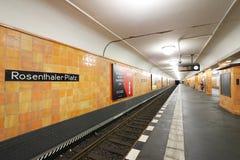 Berlim, Alemanha, o 13 de junho de 2018 Estação subterrânea de Rosenthaler Platz Paredes cobertas em cerâmico alaranjado imagens de stock royalty free
