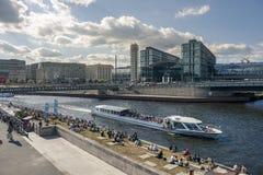 BERLIM, ALEMANHA, O 25 DE JUNHO DE 2017: Ideia do estação de caminhos-de-ferro principal em Berlim fotos de stock royalty free
