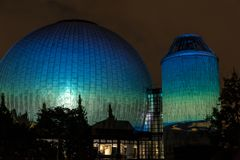 BERLIM, ALEMANHA, O 9 DE OUTUBRO DE 2013: Berlin Light Art Festival no planetário, Zeiss-Großplanetarium Imagens de Stock Royalty Free