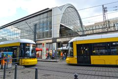 Berlim, Alemanha Suporte próximo de dois bondes perto da estação de trem Berlim-Aleksanderplats Imagens de Stock