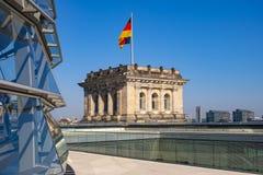 Berlim, Alemanha - telhado da construção de Reichstag com a abóbada panorâmico de vidro de Bundestag e da torre de canto históric fotografia de stock