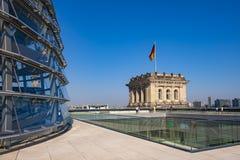 Berlim, Alemanha - telhado da construção de Reichstag com a abóbada panorâmico de vidro de Bundestag e da torre de canto históric fotos de stock