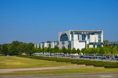 Berlim, Alemanha - vista panorâmica da construção alemão moderna da chancelaria - Bundeskanzieramt - escritório principal do chan fotos de stock