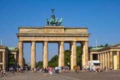 Berlim, Alemanha - vista panorâmica da porta de Brandemburgo - Tor de Brandenburger - no quadrado de Pariser Platz no quarto hist fotografia de stock