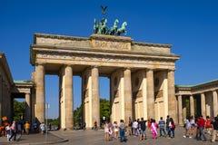 Berlim, Alemanha - vista panorâmica da porta de Brandemburgo - Tor de Brandenburger - no quadrado de Pariser Platz no quarto hist imagens de stock royalty free
