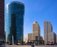 Berlim, Alemanha - vista panorâmica do quadrado de Potsdamer Platz com prédios de escritórios e a estrada de ferro modernos de Ba foto de stock