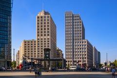 Berlim, Alemanha - vista panorâmica do quadrado de Potsdamer Platz com prédios de escritórios e a estrada de ferro modernos de Ba imagens de stock royalty free
