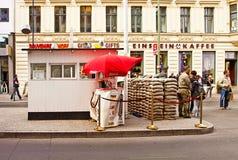 Berlim, Checkpoint Charlie: o protetor da sentinela Foto de Stock