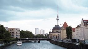 Berlim - 21 de agosto: Lapso de tempo de Berlim e do rio vídeos de arquivo