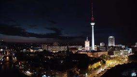 BERLIM - 21 DE AGOSTO: O tempo real fechado disparou para baixo das luzes na torre da tevê, noite video estoque