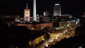 BERLIM - 21 DE AGOSTO: O tempo real fechado disparou para baixo dos carros perto da torre da tevê, noite vídeos de arquivo