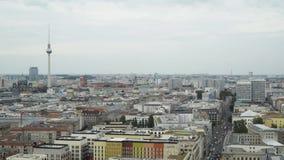 BERLIM - 21 DE AGOSTO: Tempo real que estabelece o tiro da torre da tevê, montada dos carros vídeos de arquivo