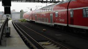 BERLIM - 21 DE AGOSTO: Tempo real que estabelece o tiro do trem de chegada em Berlin Central Station, o 21 de agosto de 2017 em B vídeos de arquivo