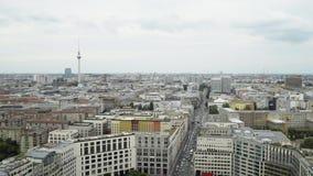 BERLIM - 21 DE AGOSTO: Tempo real que estabelece o tiro de Potsdamer Platz e de torre da tevê vídeos de arquivo