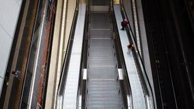 BERLIM - 21 DE AGOSTO: Tiro handheld do tempo real de um pessoa na escada rolante em Berlin Central Station, o 21 de agosto de 20 filme