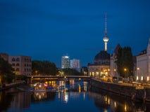 Berlim em a noite Foto de Stock Royalty Free
