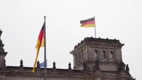 berlim germany O parlamento do Bundestag e da bandeira alemão tornando-se video estoque