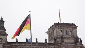 berlim germany O parlamento do Bundestag e da bandeira alemão tornando-se filme