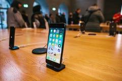 Berlim, o 12 de dezembro de 2017: apresentação do iPhone 8 e iPhone 8 positivo e vendas de produtos novos de Apple no Imagens de Stock