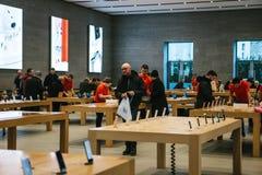 Berlim, o 12 de dezembro de 2017: apresentação do iPhone X e iPhone 8 positivo e vendas de produtos novos de Apple no Fotos de Stock