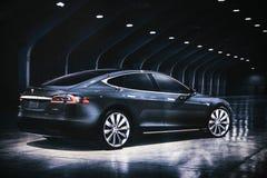 Berlim, o 2 de outubro de 2017: Foto da imagem de um modelo S de Tesla do veículo elétrico na exposição automóvel de Tesla em Ber imagens de stock