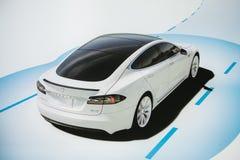 Berlim, o 2 de outubro de 2017: Foto da imagem de um modelo S de Tesla do veículo elétrico na exposição automóvel de Tesla em Ber imagem de stock royalty free