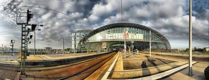 BERLIM, SETEMBRO, 27 2008: Vista panorâmica da arquitetura moderna de Berlim de ferrovias da plataforma da estação de maneira do  imagens de stock royalty free