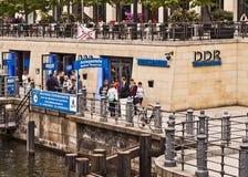 Berlim - turistas na frente do museu da RDA foto de stock royalty free