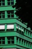 berlim 06/14/2008 Uma construção moderna com uma fachada verde foto de stock royalty free